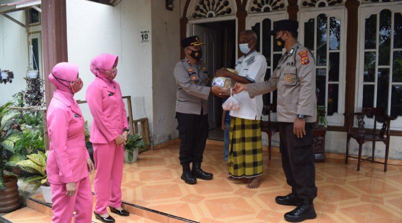 Berbagi Kasih, Wakapolres dan Ketua Bhayangkari Cabang Nagan Raya Berikan Parsel Lebaran kepada Warakawuri